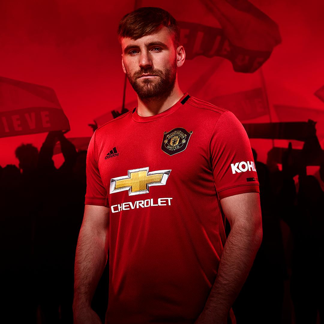 Commemorating A Unique Achievement Manchester United Manchester United Home Kit Manchester United Wallpaper