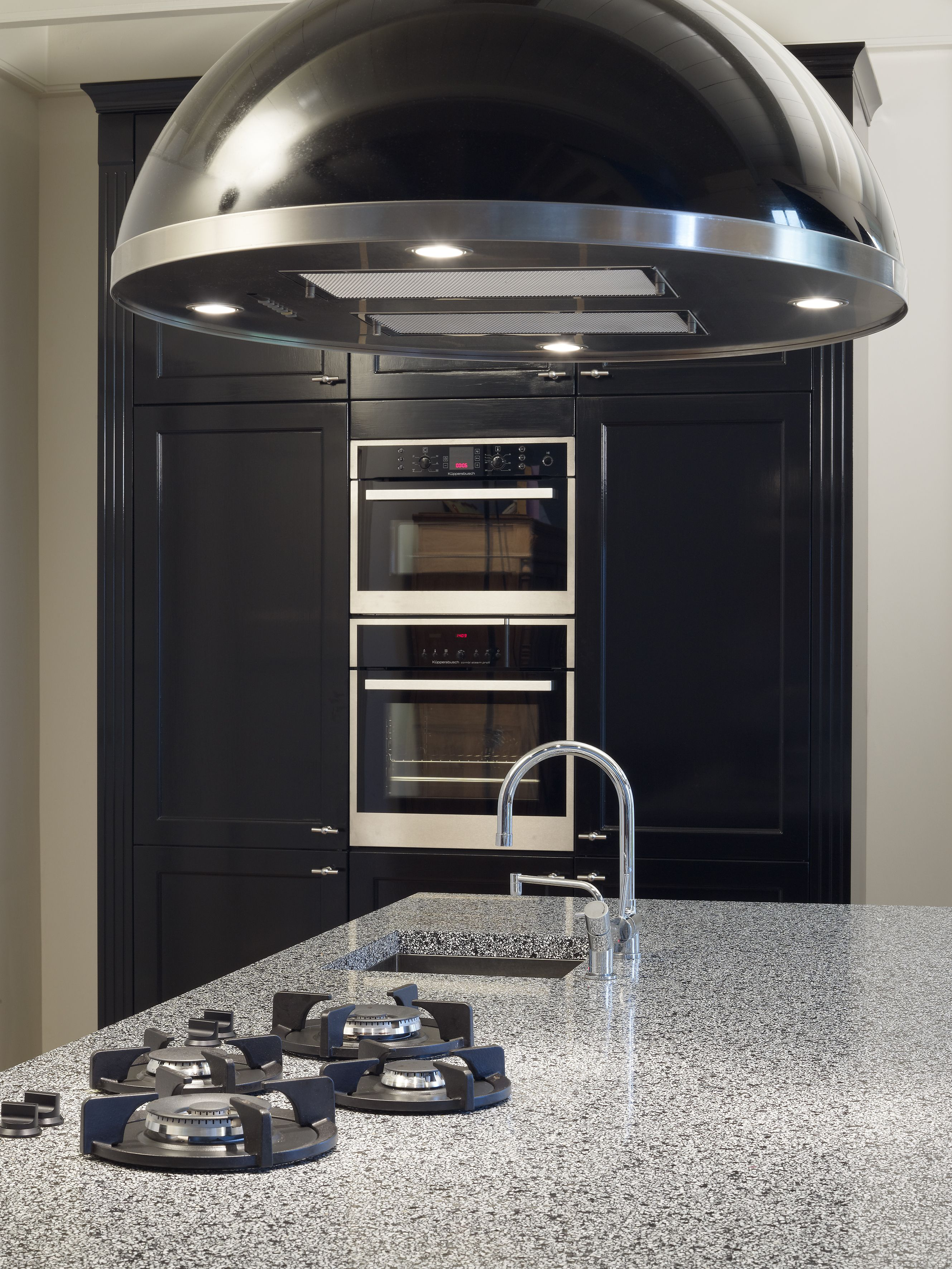 Landelijke keuken met een moderne uitstraling   Pittcooking   Design afzuigkap.  Ga voor keukeninspiratie naar: http://www.keukenstudiostoof.nl/keukens/inspiratie/
