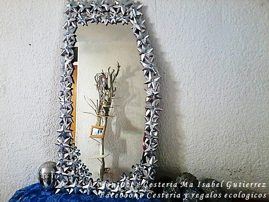 C mo decorar un espejo con latas de aluminio de refrescos for Como colocar un espejo sin marco