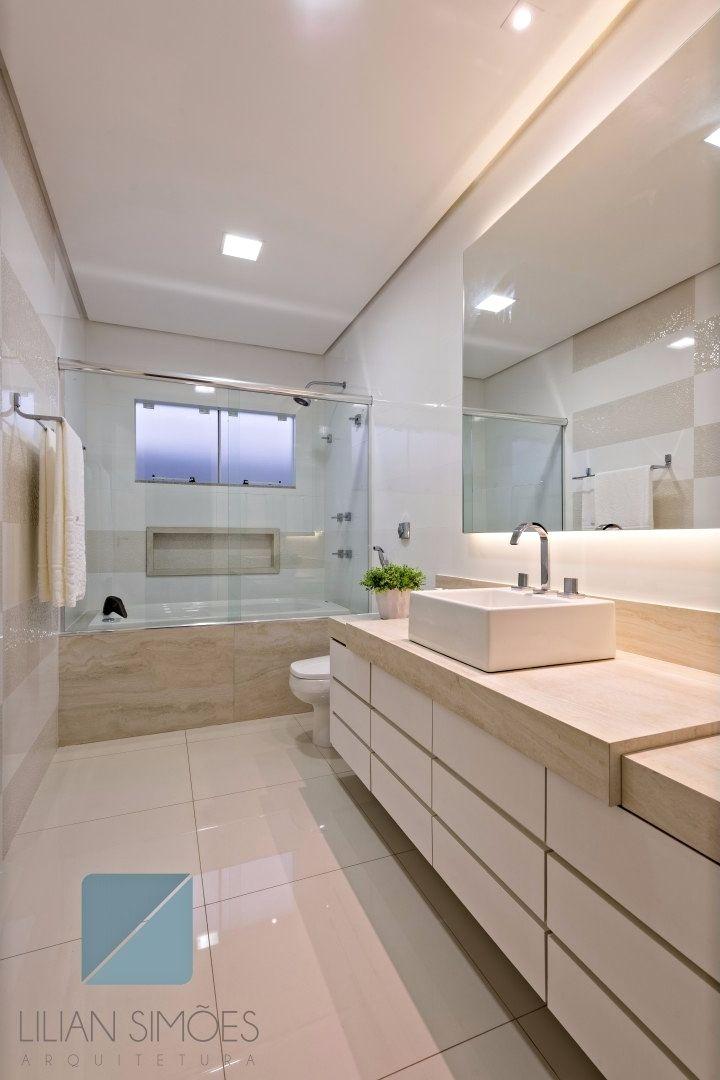 Banho social com bancada em porcelanato fosco e espelho retroiluminado | Projeto Lilian Simões Arquitetura-foto Edsley Saito