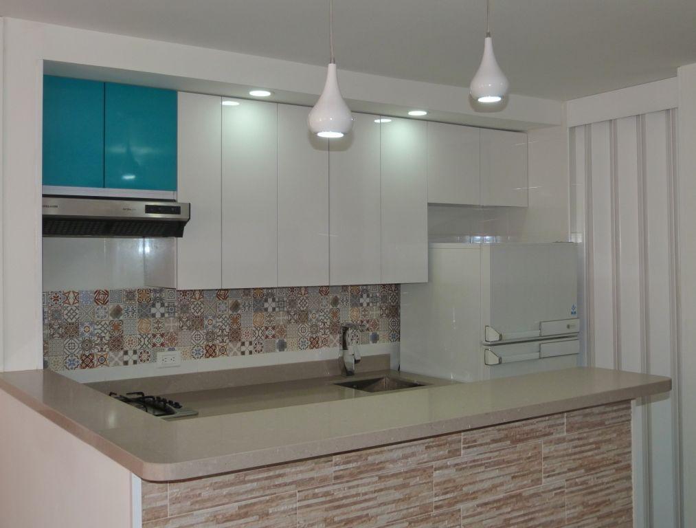 Cocina blanca, mosaico arabe en salpicadero Proyectos L2 Diseño