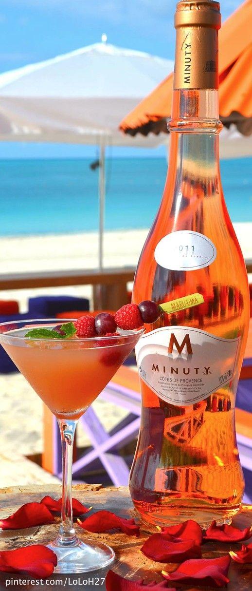 una copa al aire libre frente a la playa. Summer Time