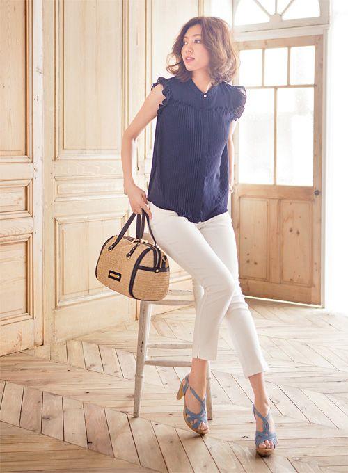 デニムサンダルを合わせて白クロップトをアップデート   ファッション コーディネート   with online on ウーマンエキサイト