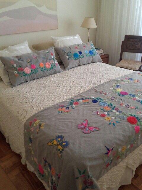 Pie de cama y almohadones bordados a mano adriana cola - Almohadas para cama ...