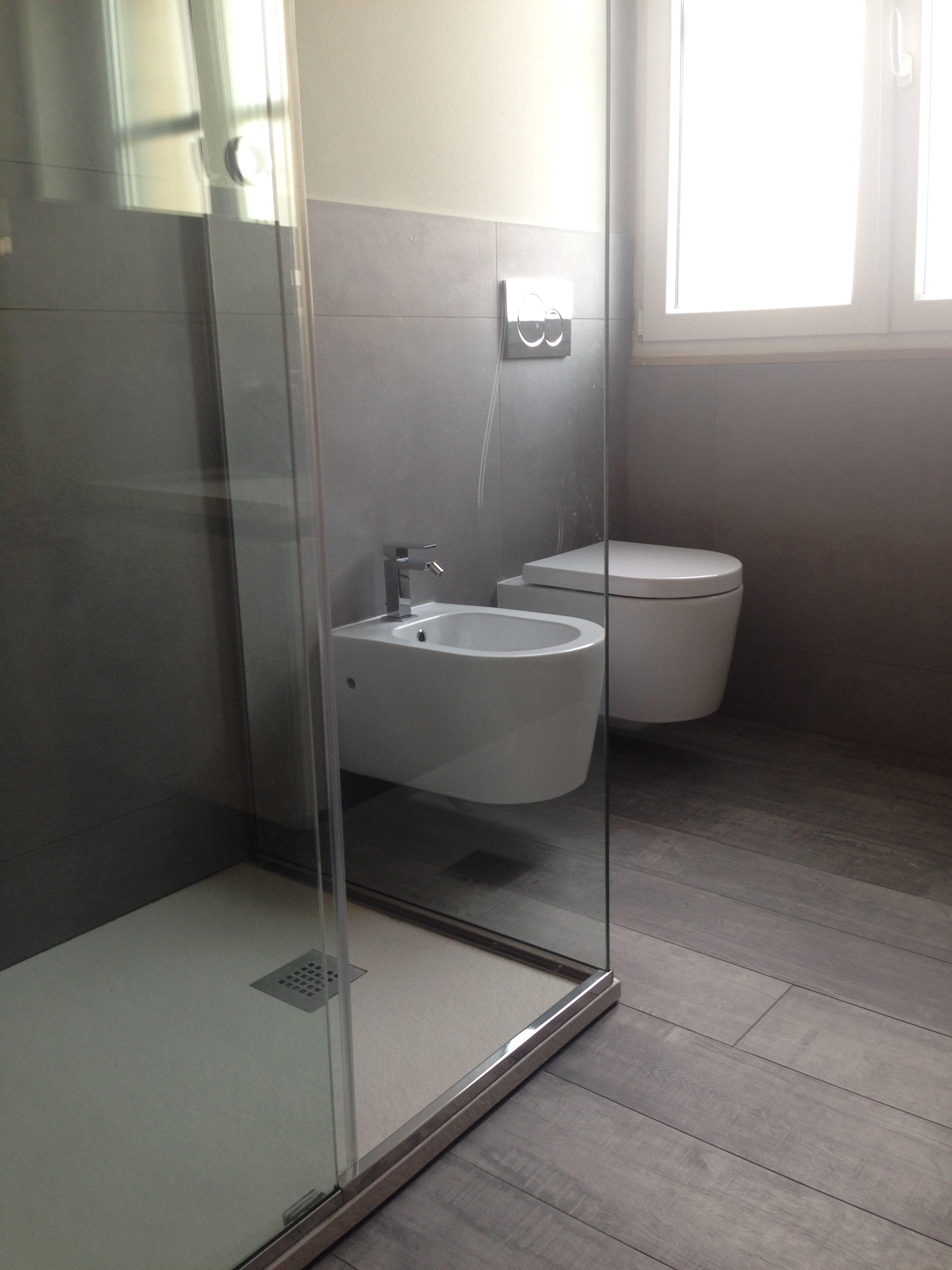Bagno moderno pavimento bark 20x80 serie materia project col 05 e rivestimento honed 80x80 - Pavimento bagno moderno ...
