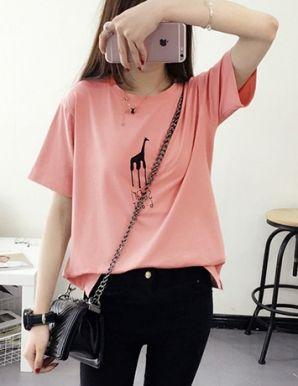 Áo thun nữ Form rộng màu hồng in hình hươu cao cổ - B1441