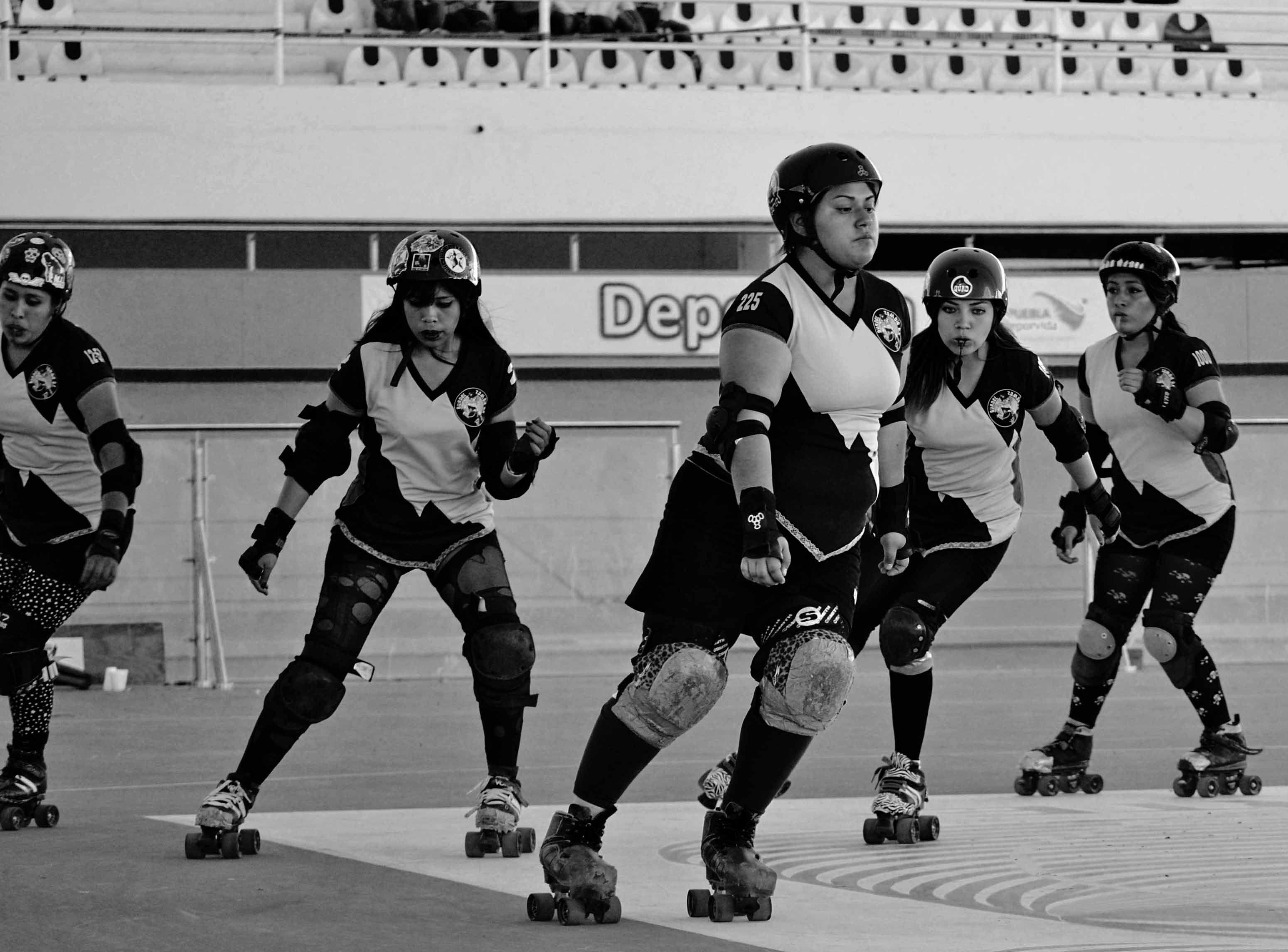 Roller skating derby - Roller Derby Girls