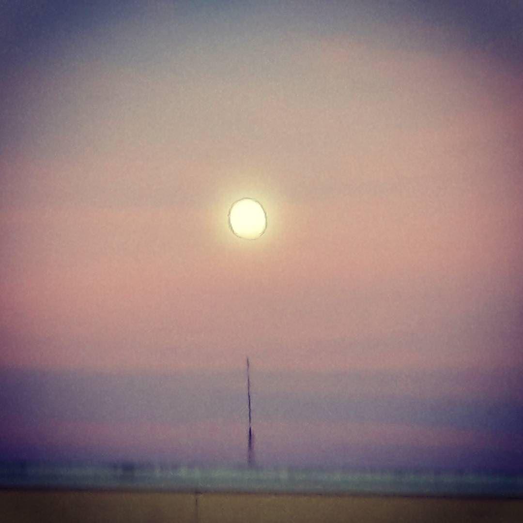 Señalando la luna