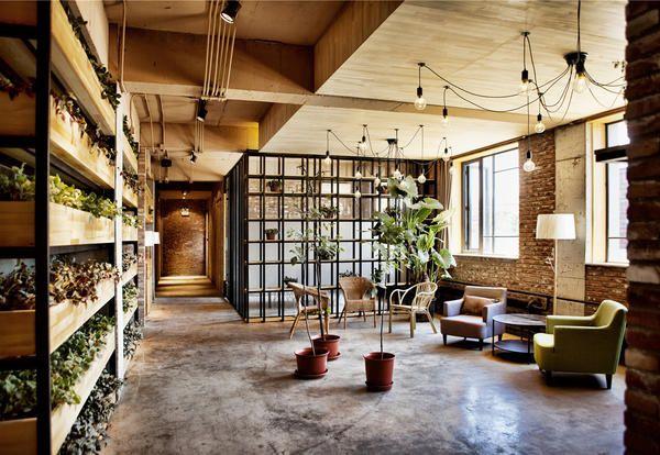 Mobili in legno e mattoni a vista in un bar a Pechino - Elle Decor Italia