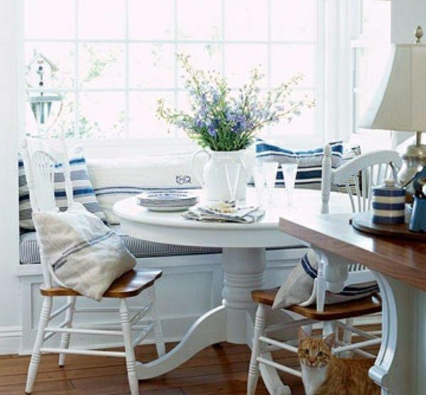 weiße-Küche-Holztisch-Stizecke
