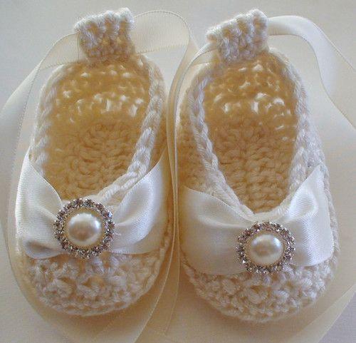 Ideal para batizado! Beautiful Baby Booties in Cream Bamboo - Pearl Crystal Button Christening too!