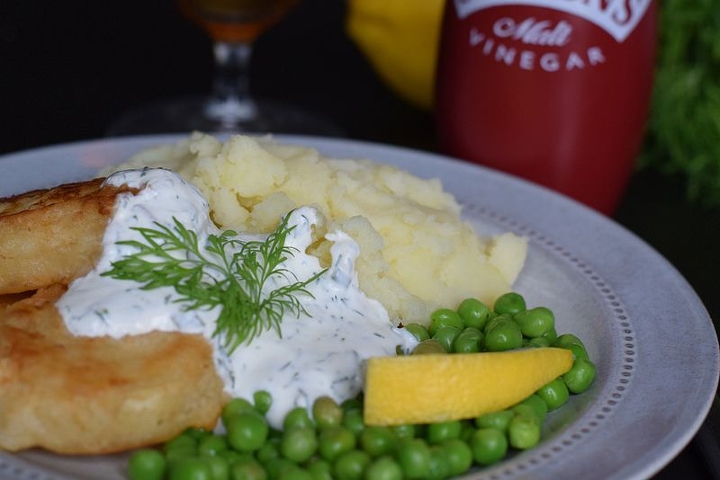 Deepfried halloumi in beer batter with mash and a sour creme sauce with lemon, chives and dill.