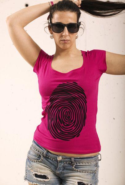 Huella. Camiseta de manga corta de chica de color fucsia con escote amplio y motivo estampado en terciopelo. http://www.zippdesign.es/producto/huella-2/ Ladies short sleeve fuchsia girl with wide neck and velvet stamping ground. #camiseta #mujer #mangacorta #huella #terciopelo #tshirt #women #shortsleeve #fingerprint #velvet #moda #tendencia #pinit