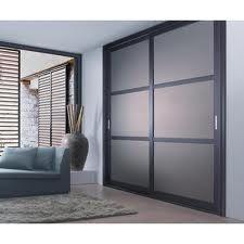 Mobiliario de almacenaje. Armario empotrado minimalista, de madera de roble. Ubicado en las habitaciones dobles y triples.