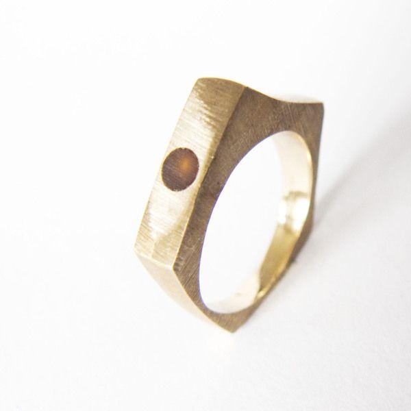 Pentagon jest to pierścionek w formie pięciokąta. Jest on wykonany z mosiądzu. Całość ozdabia bursztynowa kuleczka.  Pierścionek z zewnątrz jest ma...