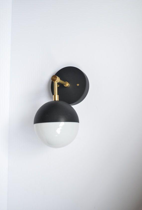 Cute Myrte moderne Messing u Schwarz Wandlampe von TripleSevenHome