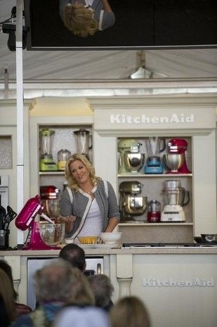 Country singer Trisha Yearwood shows how to make her ...