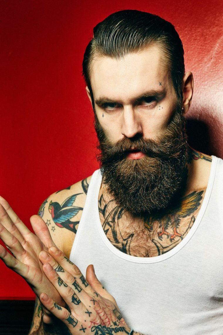 Uomo Con Capelli Rasati Ai Lati E Tanti Tatuaggi Sul Corpo