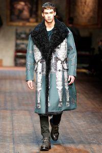 Dolce & Gabbana presenta su nueva colección variada conformada por los tradicionales y elegantes trajes con toques sicilianos, así como por prendas estampadas inspiradas en la edad media. La pregunta es… Esta el hombre listo para usar un abrigo largo de esta magnitud? dolce_and_gabbana_otono_invierno_2014__577472896_800x1200