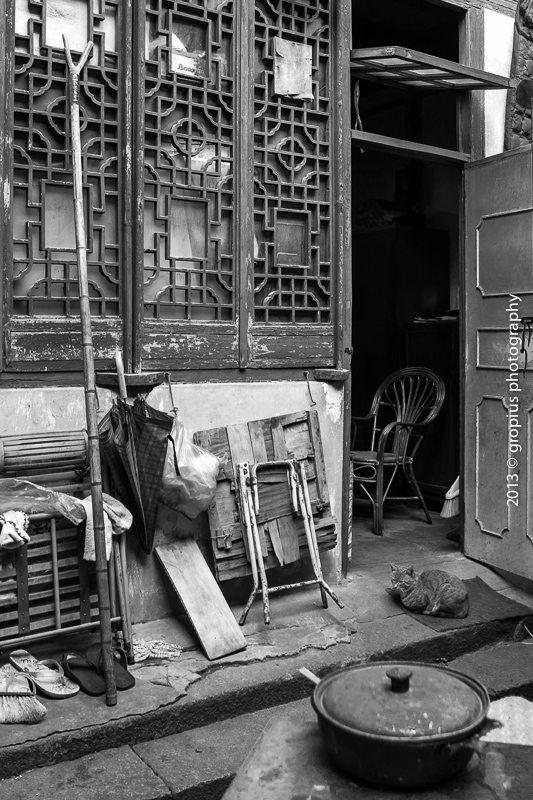 #Shanghaimage#上海弄堂里向个猫咪系列<br /> 原上海腌腊商业同业公会 后为民居 部分已拆毁 部分住户尚未搬离 据说上半年内会全部拆除 (资料:清道光年间,上海有腌腊业同业组织鱼敦义堂,1928年建同业公会。1937年,全市有腌腊行商200多户,年销咸肉3000吨,折猪6万。-上海地方志) 摄于万裕街 董家渡