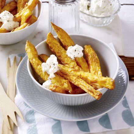 Frittierte Süßkartoffelsticks mit Schafskäsedip