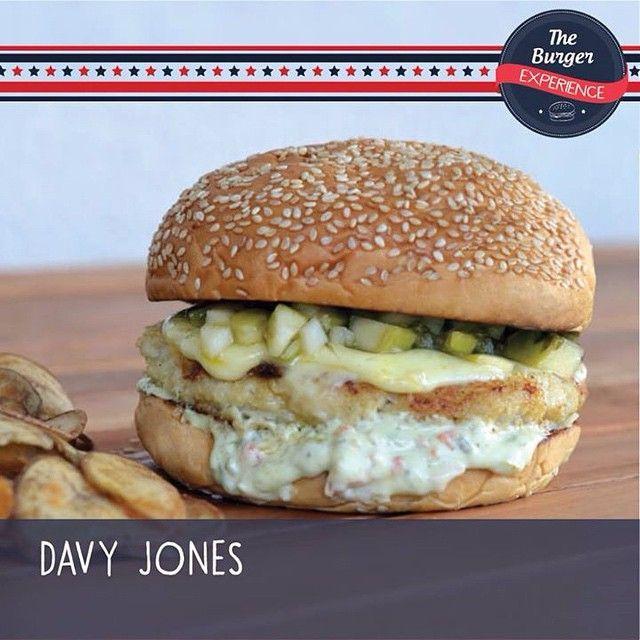 Começando as apresentações, esse é o Davy Jones, nosso burger de peixe desenvolvido especialmente para o evento que faremos no dia 16/maio no @mrbeerbarra . http://bit.ly/MrBeerBarraSquare16mai  Ficou curioso para saber o que tem dentro? Lá vai!  DAVY JONES Incrível combinação de 160gr de merluza e pescada coberta por queijo muçarela, acompanhada por vinagrete de maçã verde e molho tártaro no pão de cerveja pilsen com gergelim. #theburgerexperience #mrbeerbarra #chefsofinstagram…