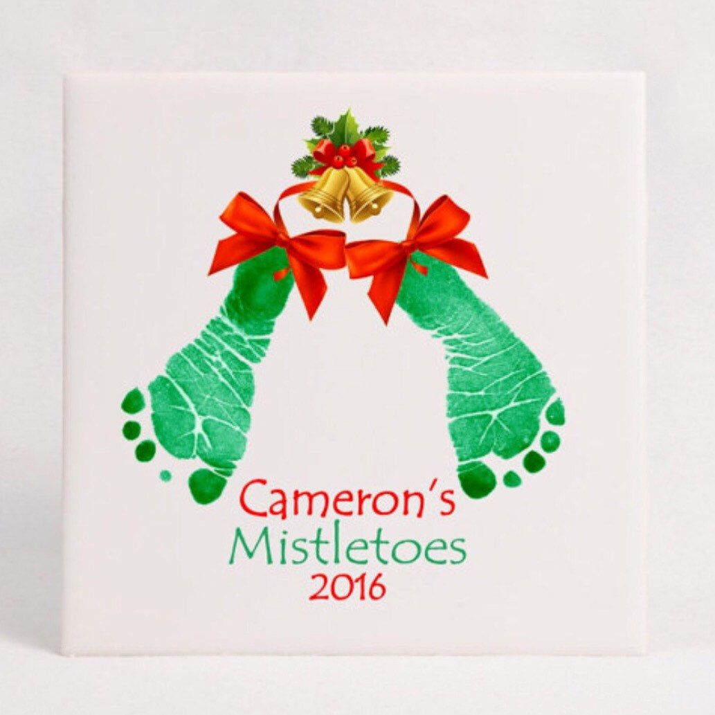 Mistletoes Footprints Holiday Keepsake Tile, using your child's actual prints, great gift for mom, dads, grandparents, loved ones! #mistletoesfootprintcraft