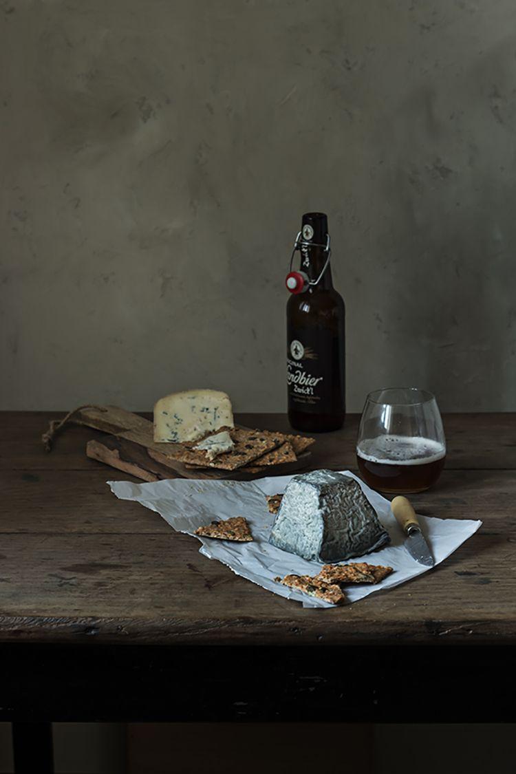 Supper with cheese and beer. Queso de ceniza de Torrejón y Queso Urdina de Aia para una cenita especial