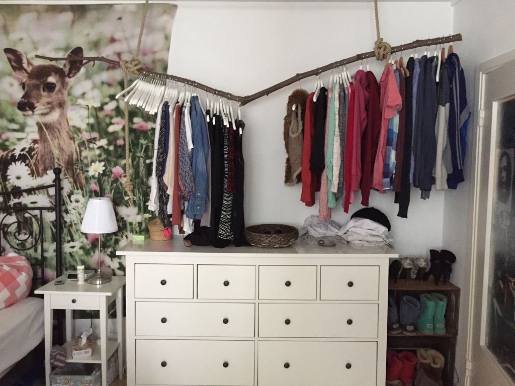 diy kleiderstange aus einem starken ast und zwei seilen. Black Bedroom Furniture Sets. Home Design Ideas