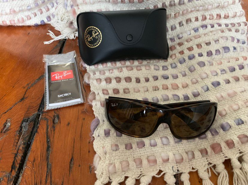 Great condition polarized ray bans comes with the original