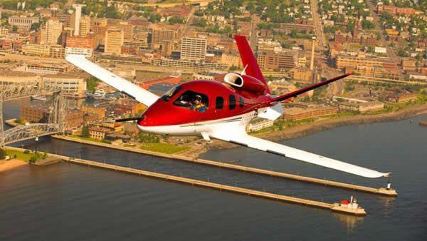 Cirrus Vision Apesar dos contratempos na produção, o Cirrus jato promete revolucionar a aviação privada. Créditos: Revista Flying