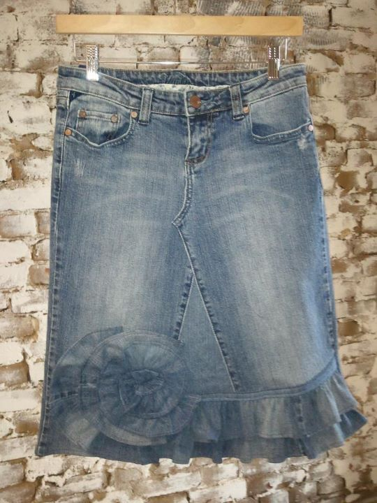 I love a CUTE denim skirt.  I can't stand an ugly denim skirt.  This one is CUTE!
