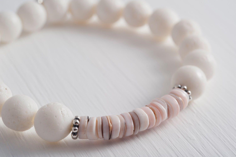 Ein persönlicher Favorit aus meinem Etsy-Shop https://www.etsy.com/listing/233611389/coral-and-shell-disc-bracelet-adorable