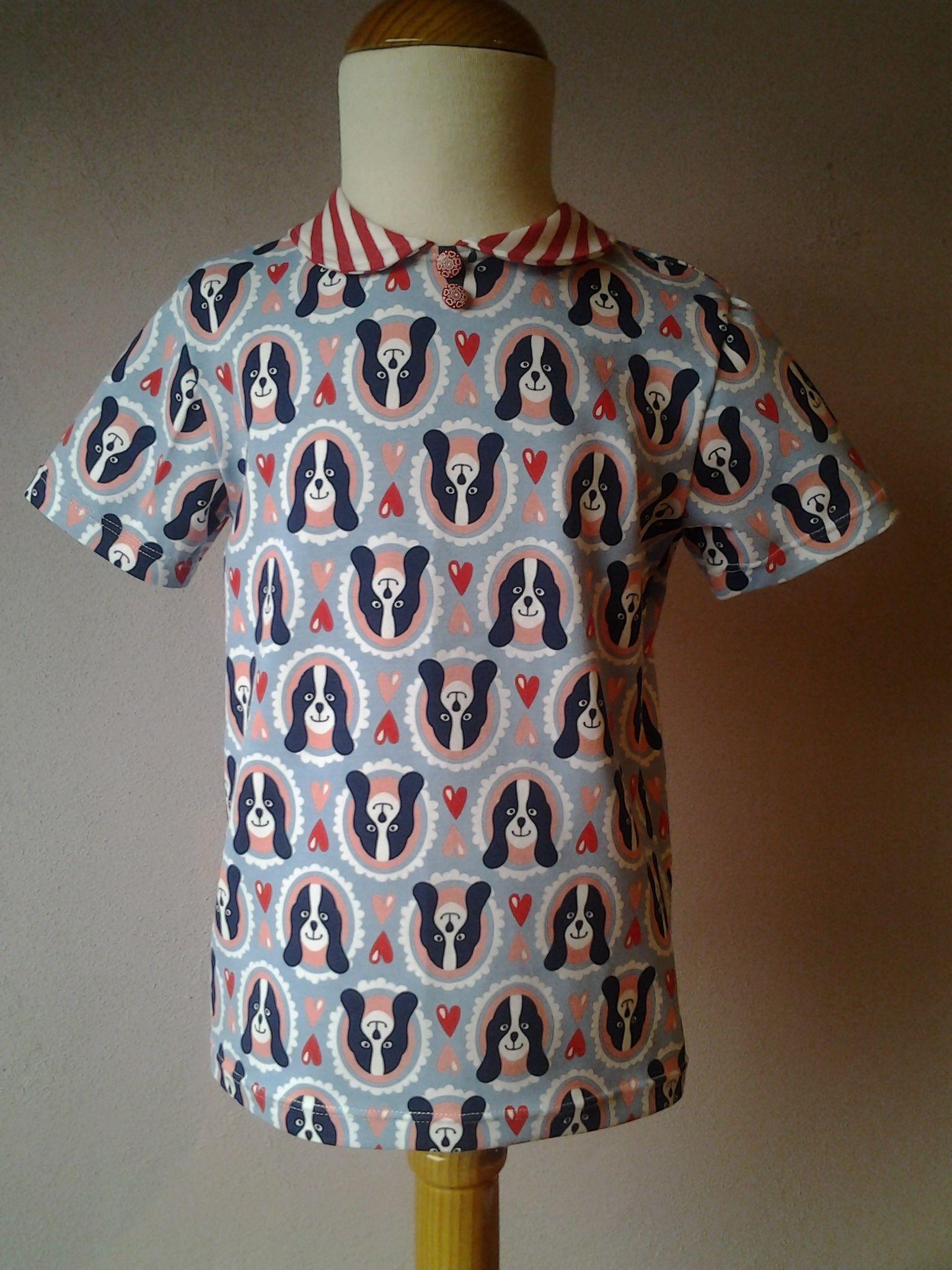 T-shirt met rond kraagje en 2 knoopjes, basispatroon Onion 50220, lichtblauwe My friend Polly jersey van Hamburger Liebe.