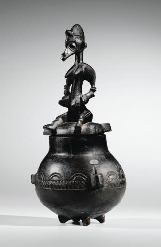 Le pot à onguents constitue un réceptacle majeur en pays Sénufo, où il relève tant de la sphère privée que cultuelle. Selon Vincent Bouloré (in Falgayrettes-Leveau, Réceptacles, 1997, p. 223-227), son iconographie permettrait vraisemblablement d'en distinguer l'usage : le calao dans le cadre de l'association du Poro où l'huile de beurre de karité était utilisée en tant que cosmétique par les hommes et pour les masques ; une figure féminine au sein des sociétés de femmes Tyékpa et Sandogo…