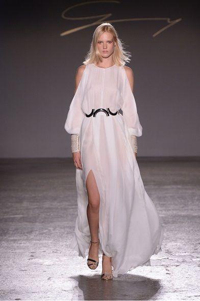 Guarda la sfilata di moda Genny a Milano e scopri la collezione di abiti e accessori per la stagione Collezioni Primavera Estate 2016.