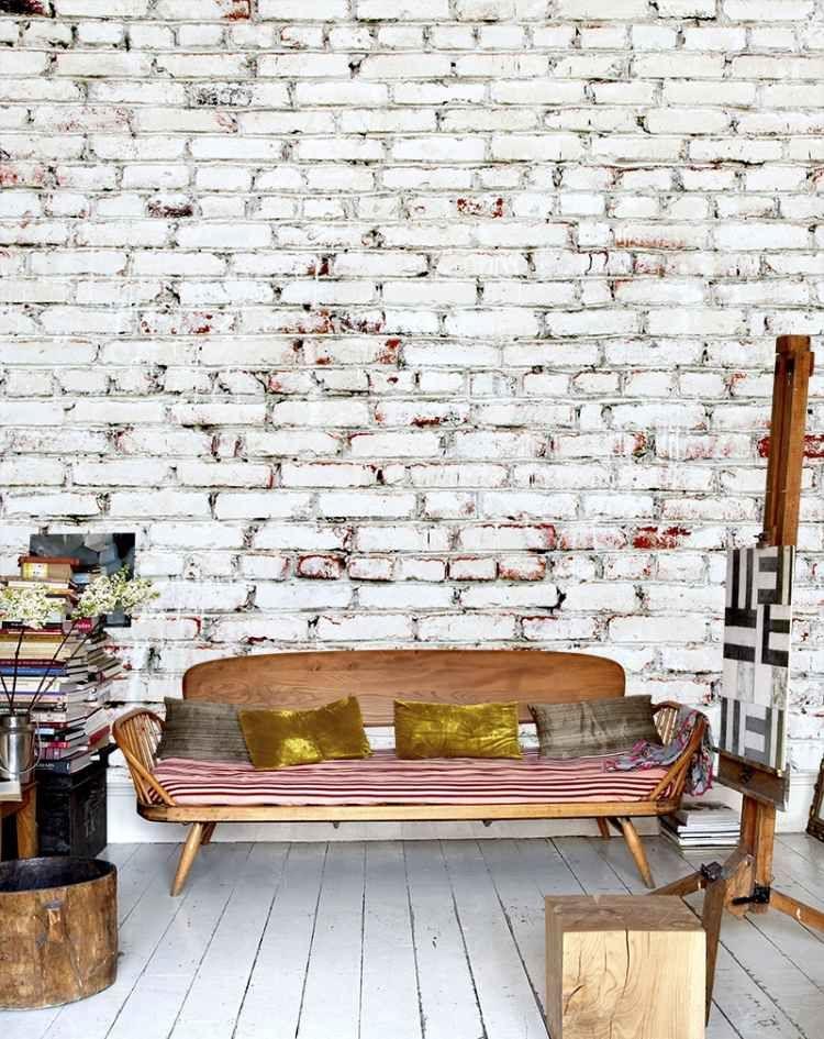 Backstein Tapete In Weis Mit Vintage Mobel Aus Naturholz