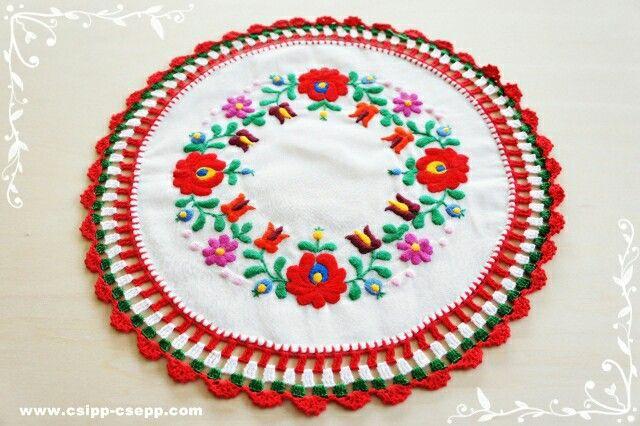ハンガリー刺繍の施された、ハンドメイドのドイリー。Hungarian embroidered handmade doily. サイズ/size: 30cm www.csipp-csepp.com #ハンガリー雑貨#ハンドメイド#ドイリー