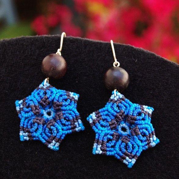 Macrame pendientes BLUE FLOWER, pendientes colgantes de fibra con semillas naturales y ganchos de plata