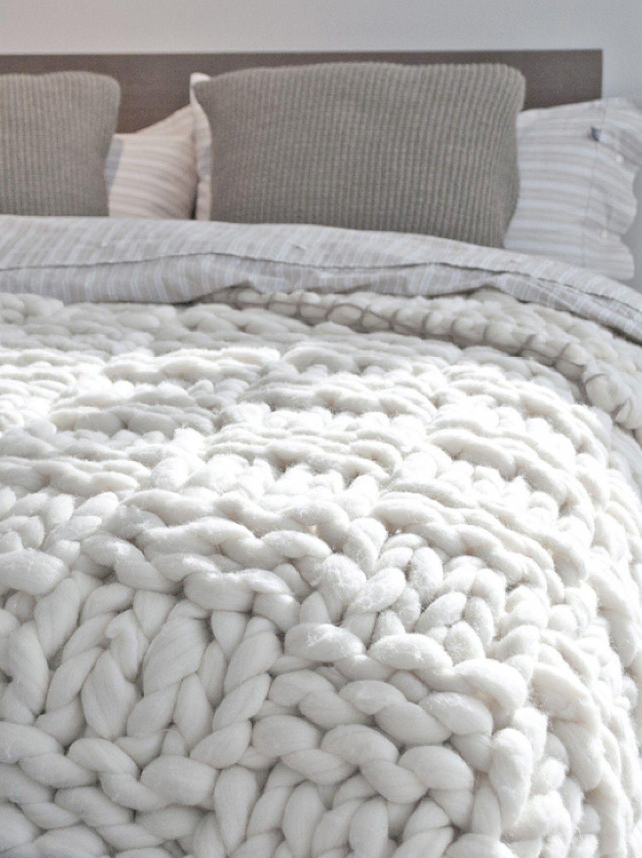 So eine grob gehäkelte Bettdecke hätte ich auch gerne! Wunderschön ...