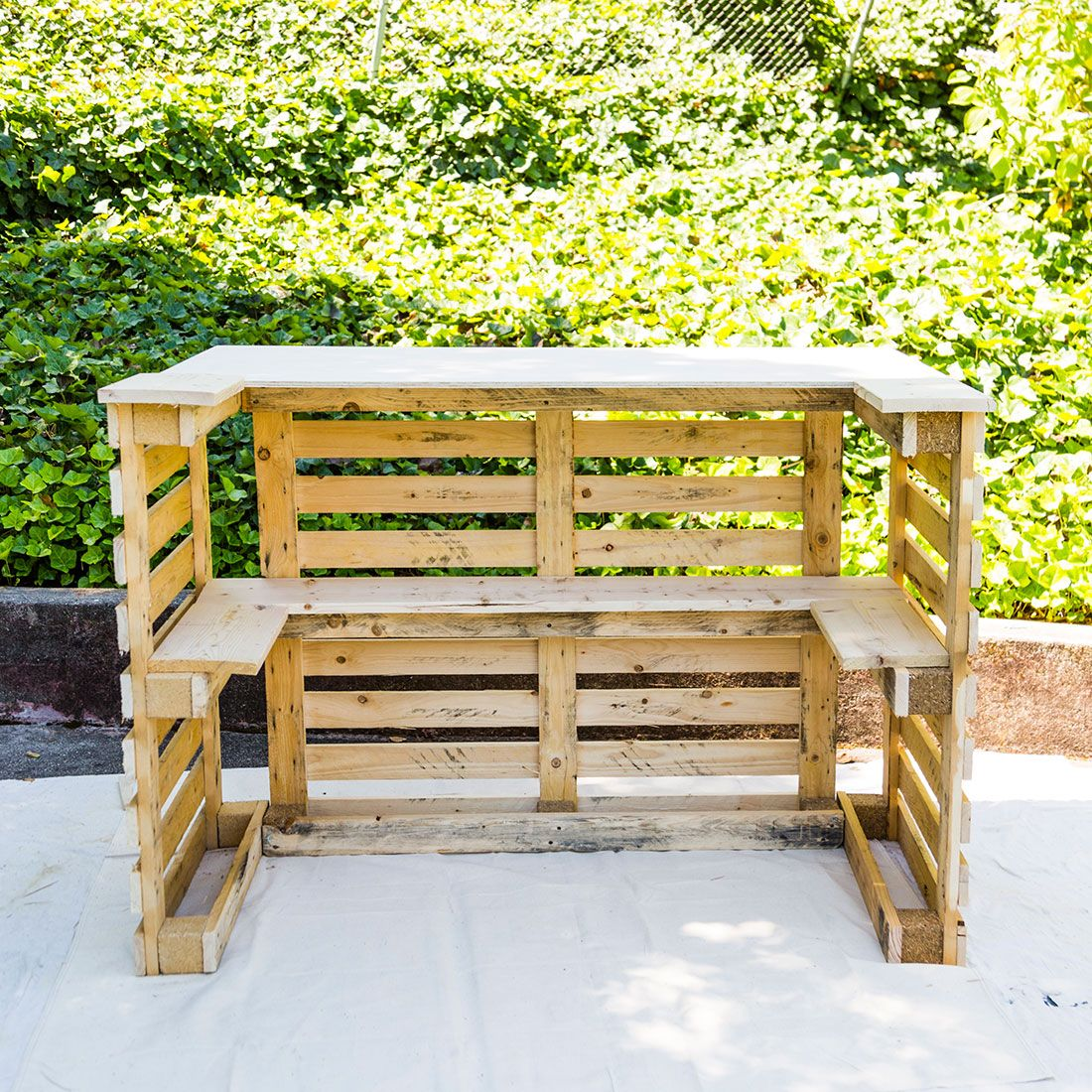 DIY This Pool Bar Made from Pallets to Step Up Your Backyard Game ...