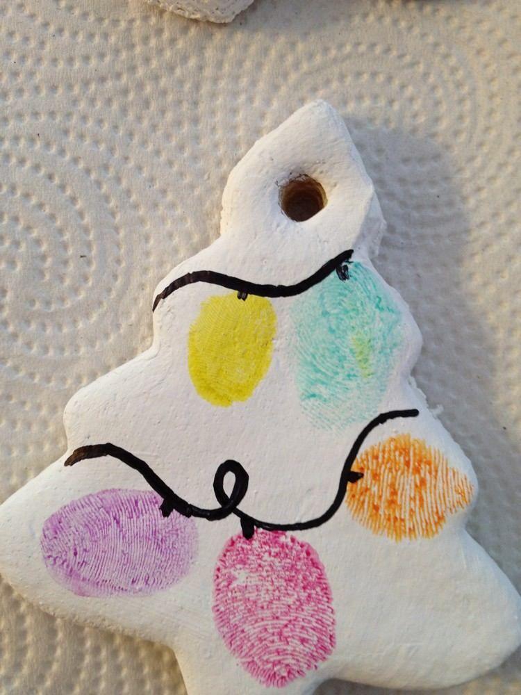 Tannenbaum Salzteig Knete mit bunten Fingerabdrücken dekoriert #christbaumschmuckbastelnkinder