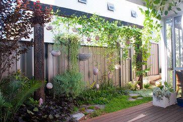 Inventiva jardineras colgantes transformar un patio trasero en bruto en un santuario de vida