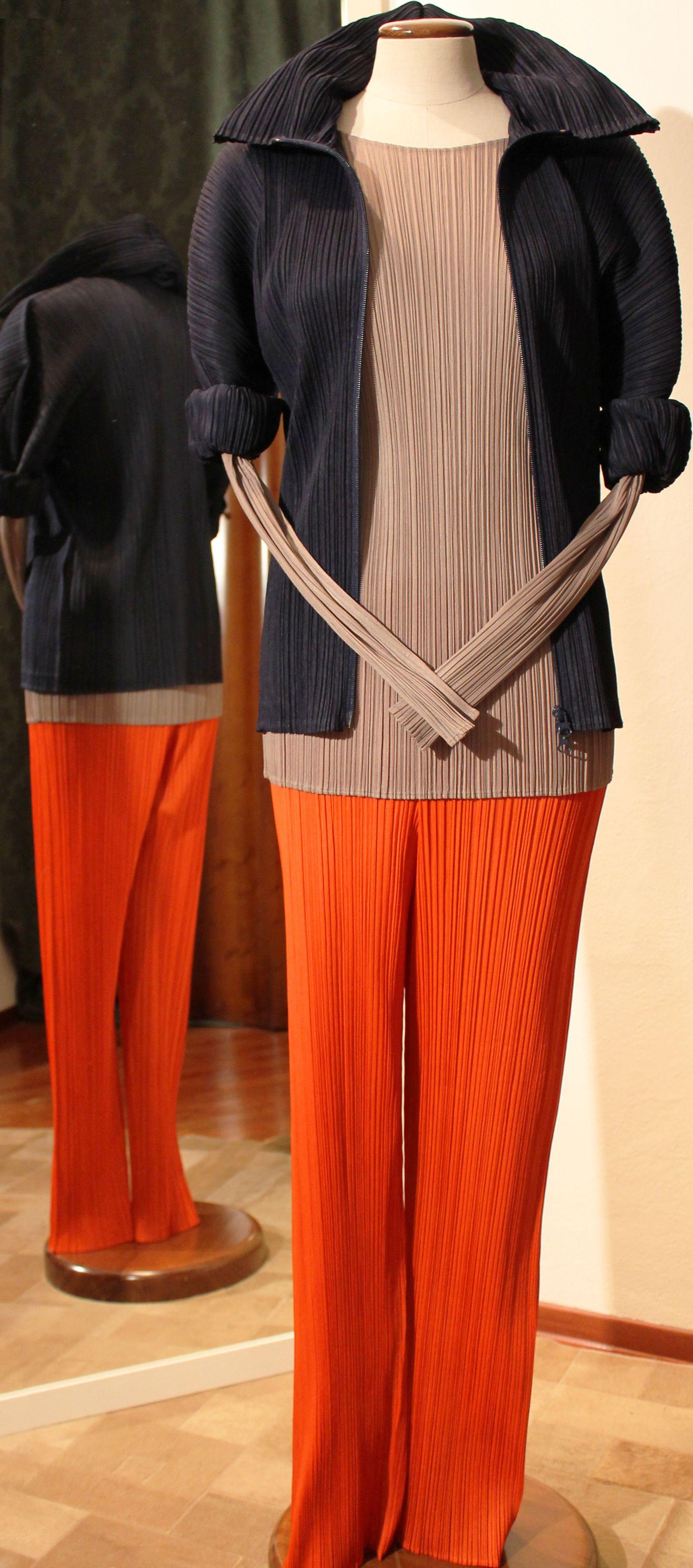 Giacca con zip e cappuccio navy, blusa nocciola e pantaloni arancio PLEATS PLEASE - I.MIYAKE.