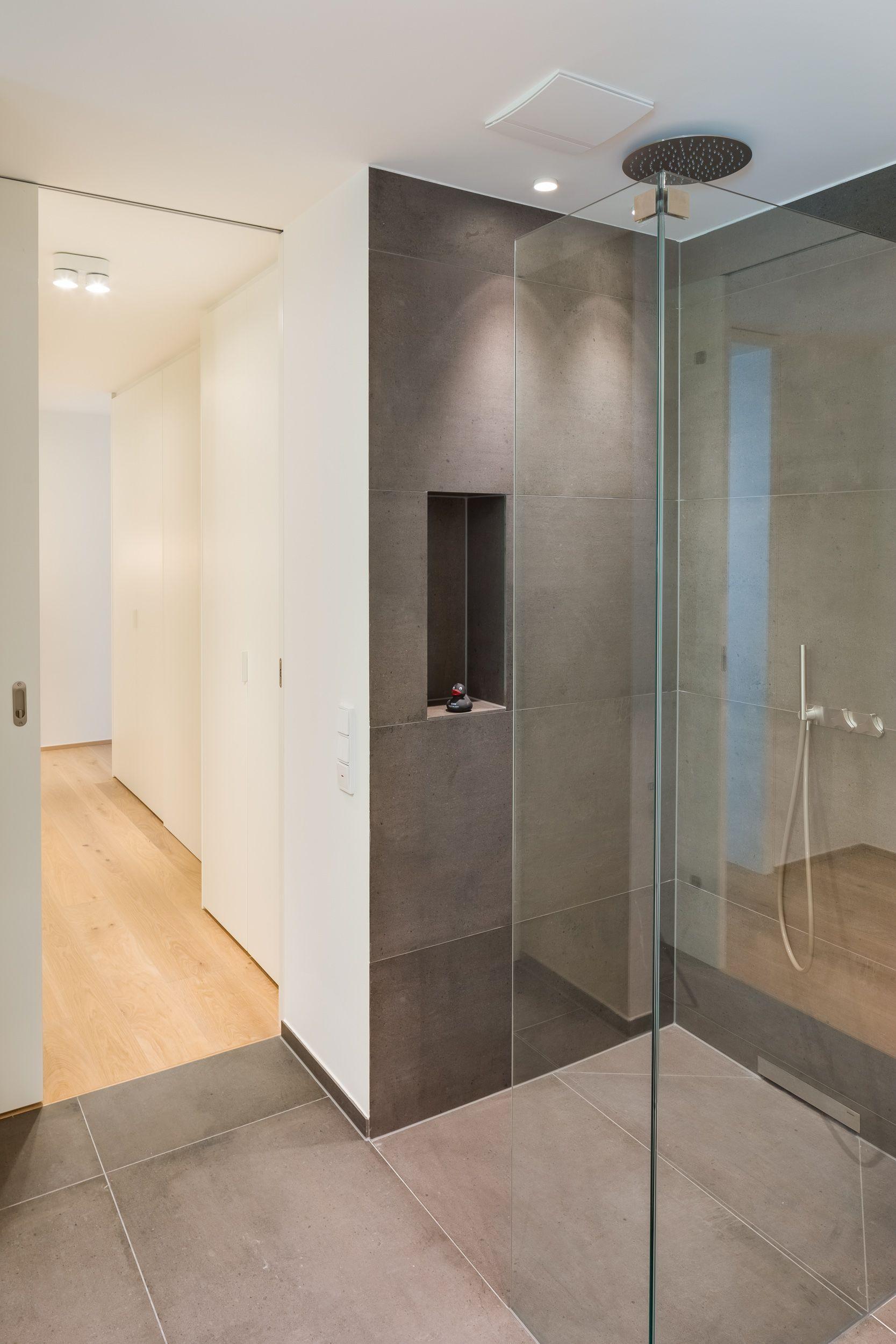 Bauhaus Badezimmer Mit Grauen Fliessen In Der Dusche Immobilienmakler Bauhaus Immobilien