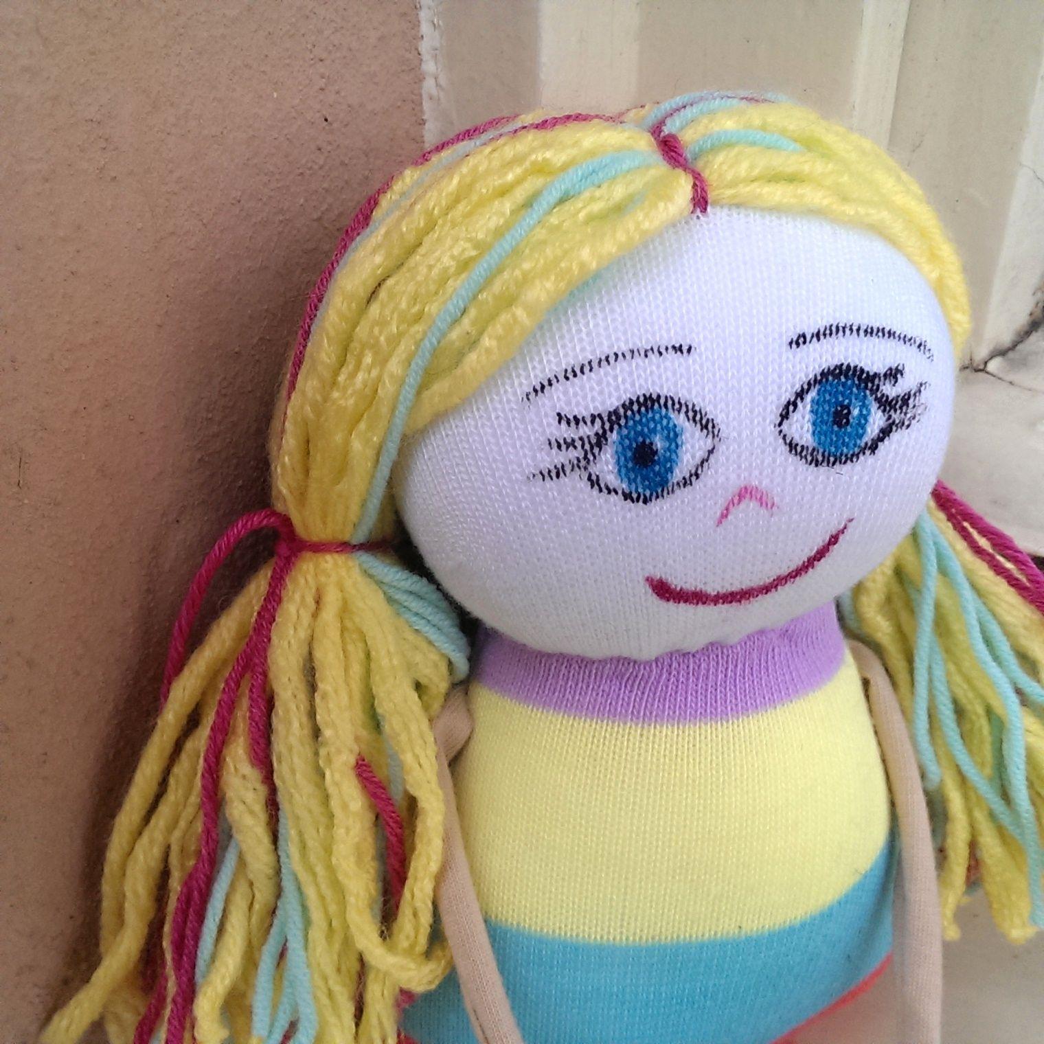 PonoŽenka Kája PonoŽenky jsou barevné, veselé a přátelské panenky z ponožek. Vlásky mají z vlny a obličej malovaný zafixovanými textilními barvami. Vyplněné jsou polštářovou výplní. Kája je veselá slečna v barevných šatkách, potěší každou malou slečnu, které bude skvělou kamarádkou. Je velká cca 30 cm vč. nožiček. Na PonoŽenku Vám ráda vyšiju jméno ...