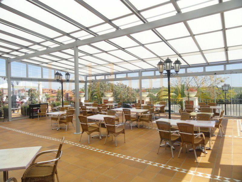 Cerramiento de terraza restaurante compuesto de techo movil