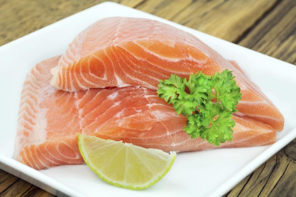 Lebensmittel, die Ihren Sex verbessern | Petra Ein Liebes-Mahl mit Ihrem Partner steht an und Sie wissen nicht, was Sie kochen sollen? Dann setzen Sie auf einen richtig fetten Fisch, wie beispielsweise Lachs, Sardinen oder Makrelen. Denn Fisch enthält viele Omega-3-Fettsäuren, die allgemein die Durchblutung anregen. Eine prima Voraussetzung für ein vielversprechendes Dessert.