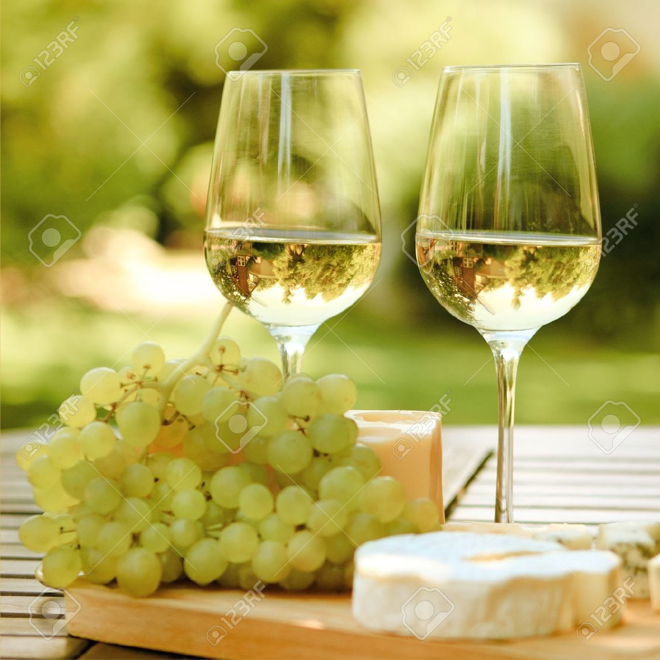 Varios tipos de quesos uvas y dos copas de vino blanco for Tipos de copas