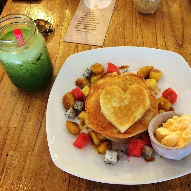 ☀️Throwback Thursday to this AMAZING breakfast I had when I was in Cambodia last summer. This super cute cafe in Siem Reap was called @sistersreycafe. Oh how I wish I was there now ☀️ #AbsSoFoodie #Cambodia #siemreap #healthy #healthyfood #healthyeating #healthyliving #eatclean #eathealthy #pancakes #photography #fitfam #travel #fitfamuk #fruitbowl #foodphotography #SEASIA #wanderlust #Tbt